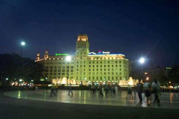 Het El Corte Inglés is één van de grootste warenhuizen. Dit is gelegen aan de Place de Catalunya.